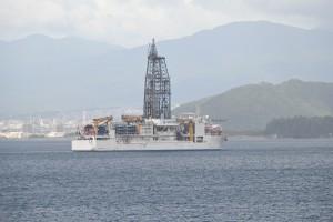Nikon Digital Camera 初秋のちきゅう=しょしゅうのちきゅう ※地球深部探査船「ちきゅう」という船☆ 深い海の底からストローのように地質を吸い取り調べる役割を持つそうです。 生命の起源や地球のしくみなどを調査しているということです。 JAMSTEC=海洋研究開発機構さんが運営する巨大な船。見かけたら拝みたくなりますね~(^^) 詳しくは以下のアドレスより是非♪♪♪ https://www.jamstec.go.jp/chikyu/j/about/ あとyoutubeでシンカイジンと検索すると働いている研究者とテーマも紹介されていて中々でしたよ♪是非に♪ 長くてすみませんでした(^^;